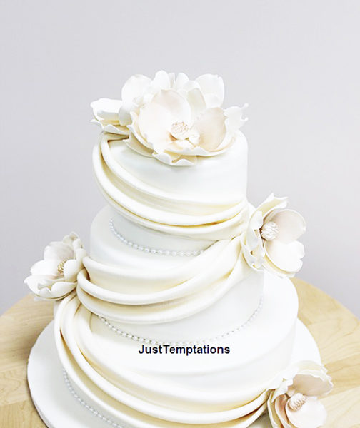 3 tiered pearl white wedding cake