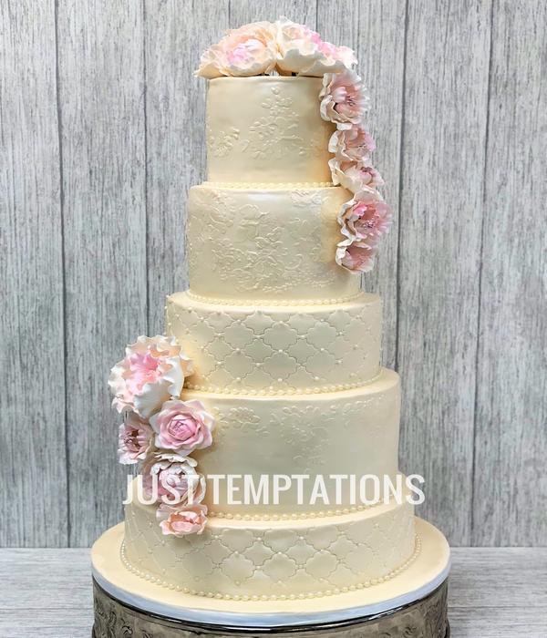 cream pearls wedding cake with flowers